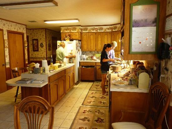 Julia's Cajun Country Bed & Breakfast: julia et sa famille en plein breakfast