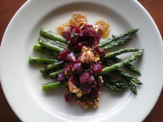 Pelicano : Grilled Asparagus, Roasted Beets, Walnuts and Caramelized Onion Vinaigrette