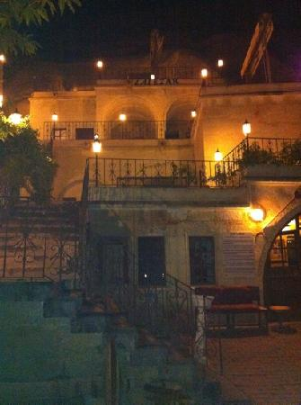 Lalezar Cave Hotel: view at night