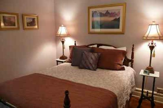 Shining Dawn Bed and Breakfast Retreat Center: Mid-Summer Night's Guest Room