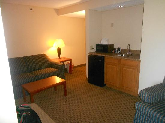 Comfort Suites Baymeadows: Nice suite area, microwave/fridge/pull out