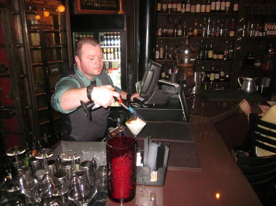 Soho Wine & Martini Bar: Bartender toasting the top of the martini-meringue!
