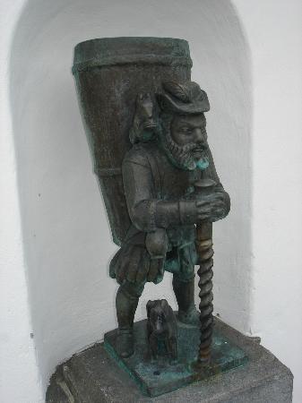 Bundeskapelle Brunnen: Diese interessante Figur findet sich in der Aussenmauer auf der Rückseite der Kapelle