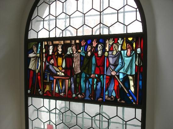 Bundeskapelle Brunnen: Sehenswerte Glasfenster mit historischen Szenen
