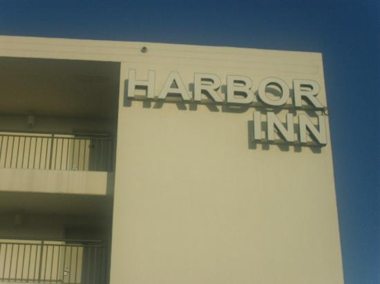 Harbor Inn: Front of hotel