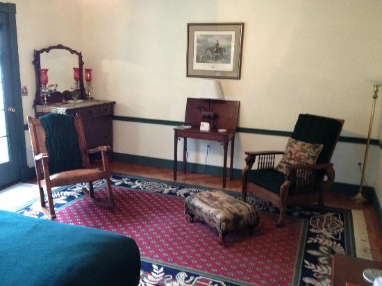 Acadia Bay Inn B&B: The Hunt Room (sitting area)