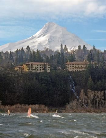 Columbia Cliff Villas Hotel : View of Hotel and Mt.Hood from across river