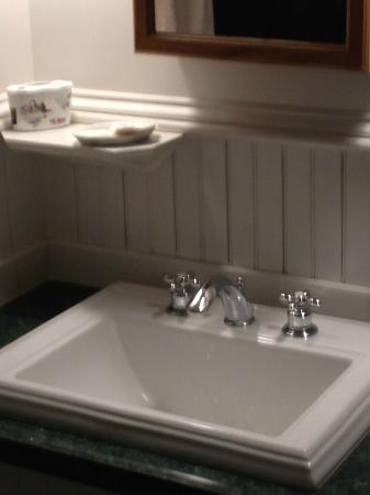 Acadia Bay Inn: Sink Area in Hunt Room bathroom