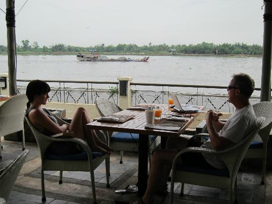 blu bar & grill : watching the river traffic at breakfast !