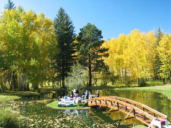 Black Canyon Inn: The pond in the fall