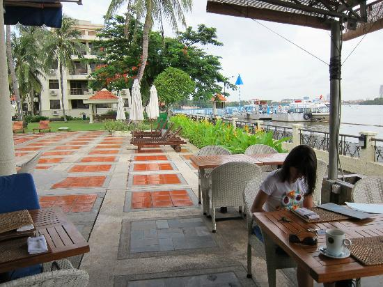 blu bar & grill : quiet riverfront setting