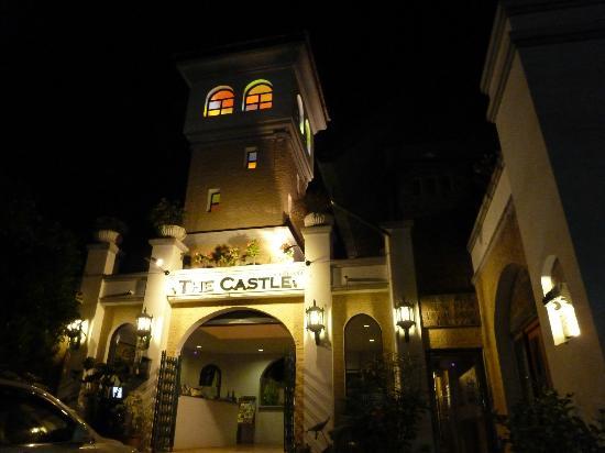 ذا كاسل هوتل: the castle