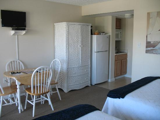 Seaport Inn Motel: Dining Area and Kitchenette