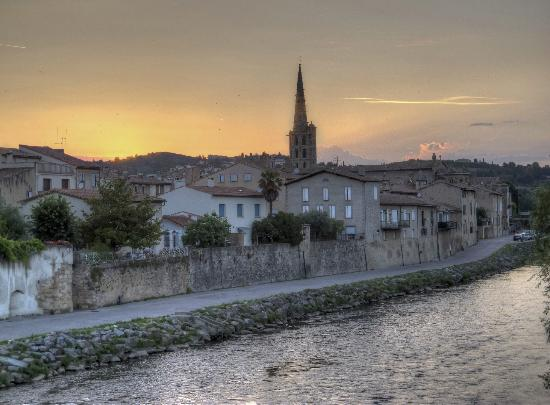 Montfaucon: View of Limoux with the historic church of St. Martin.