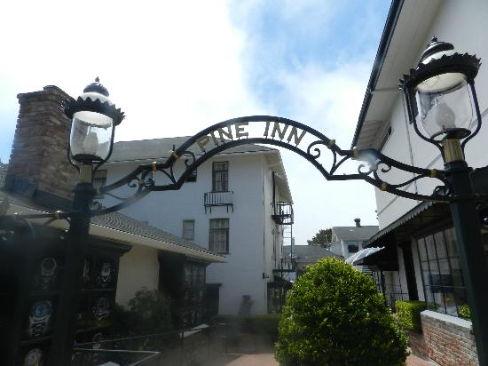 Pine Inn: Entrance way to hotel