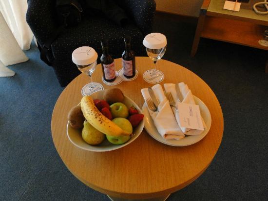 Alexander Beach Hotel: Frutas de recibida