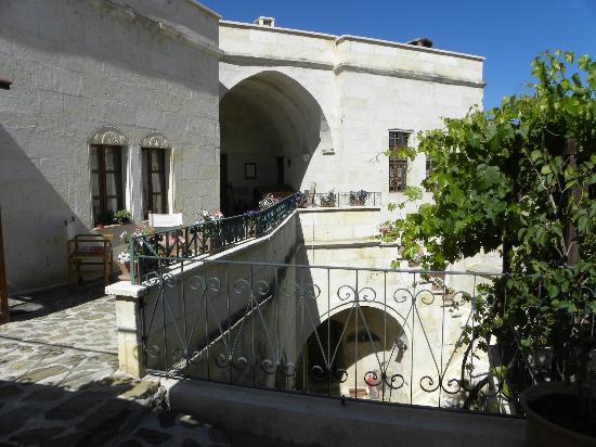 AlKaBriS: entrée de l hotel par leproche