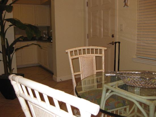 Barefoot Beach Resort: Dining / kitchen area