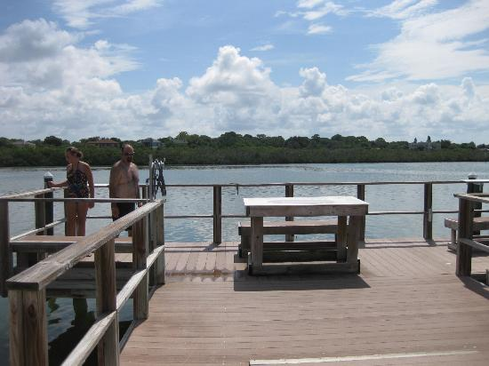 Barefoot Beach Resort: dock / fish tables