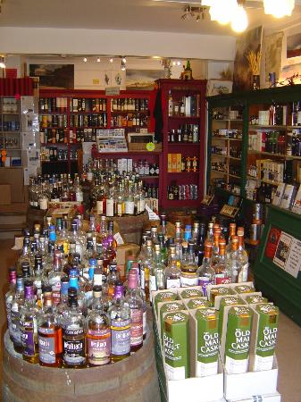 The Whisky Shop Dufftown: Many whiskies to try before you buy