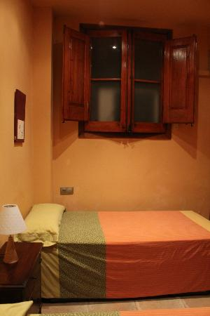 Hostal Romani: Room has air conditioning(that really works) TV, Bathroom, access to outside from door