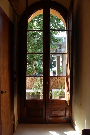 Hostal Romani: Window leading out to balcony