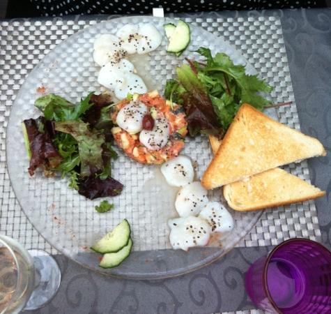 La Pignatelle : carpaccio de st jacques sur lit de tartare de saumon pomme granit.