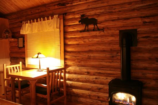 Silverwolf Log Chalet Resort: interior do chalé