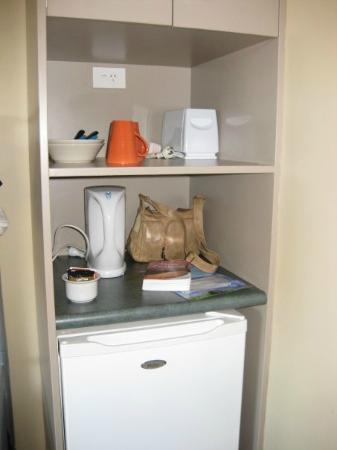 Astray Motel: Our little fridge, kettle, toaster area!