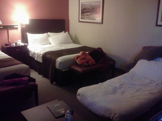BEST WESTERN McCarran Inn: double queen suite plus pullout sofa