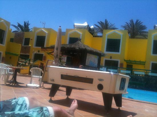 Caleta Playa Apartments: pool table and bar