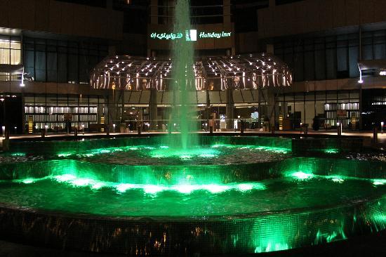 Holiday Inn Abu Dhabi: Hotel wieczorową porą.