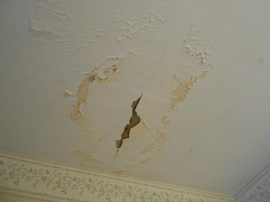 Red Carpet Inn North East: ceiling water stains paint peeling
