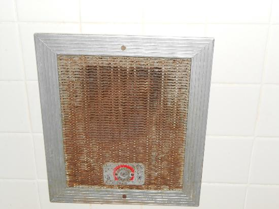 Red Carpet Inn North East: exhaust fan in bathroom