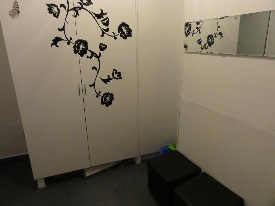 SunGate Hostel: Shower room