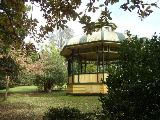 Comfort Inn Botanical: Old and aged bandstand rotunda