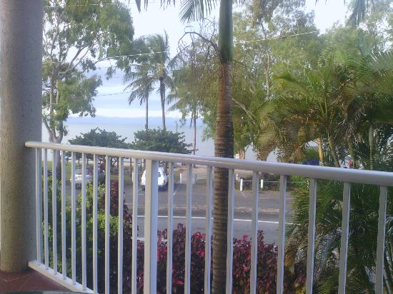 Cairns Beach Resort: View of the beach from the apartment