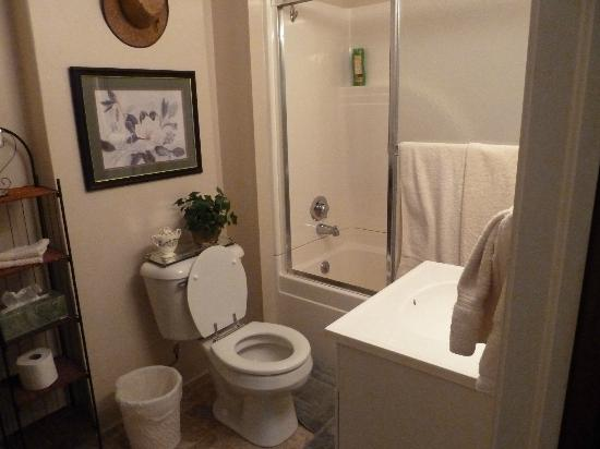 Stonewall Bed and Breakfast: Bathroom