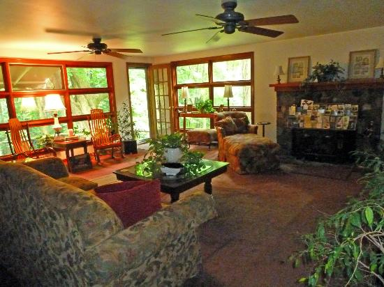 Stonewall Bed and Breakfast: Living room