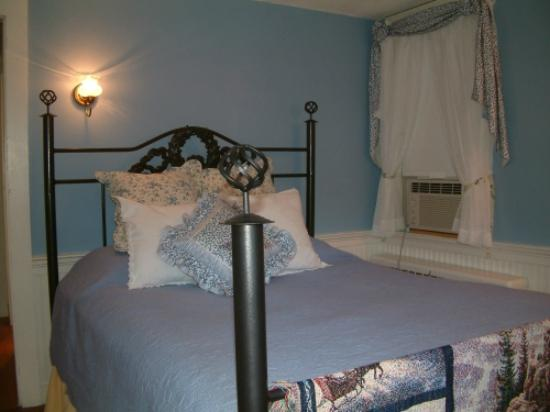 Truman Gillet House B & B: Granby Room bed