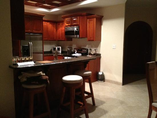 Grand Caribe Belize Resort and Condominiums : kitchen area was nice and big with all the appliances
