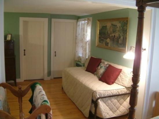 Truman Gillet House B & B: Connecticut Room Suite trundle bed
