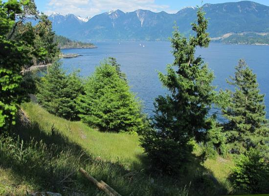 Боуэн-Айленд, Канада: View to the left with Howe Sound and mountains beyond