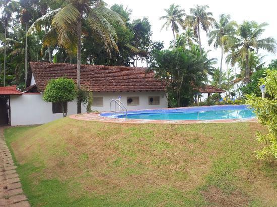 Kayaloram Heritage Lake Resort: pool side