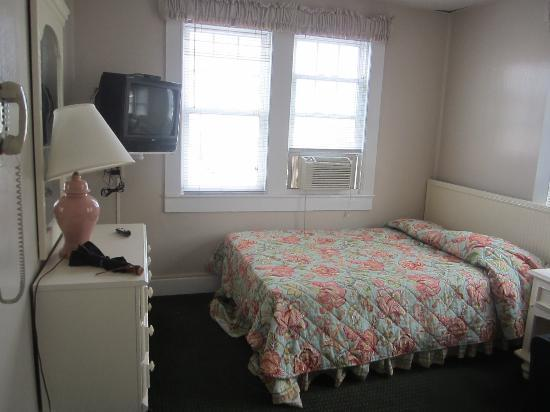 The Admiral Motel: Bedroom