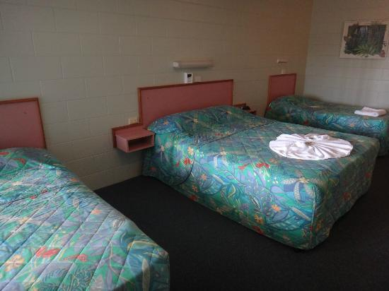 Yungaburra Park Motel: Two Singles and Queen Configuration