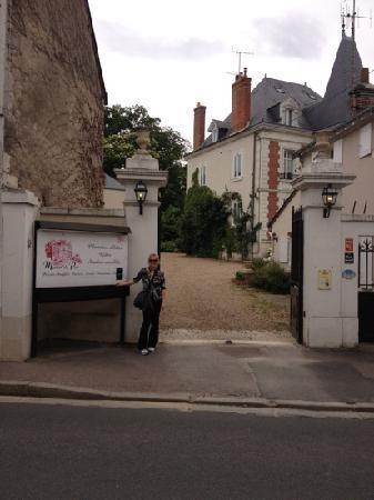 entrance to manoir du parc