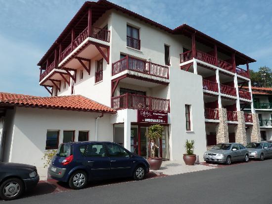 Hôtel Erromardie : Entrée de l'hotel, architecture basque