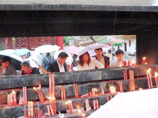 Yuantong Temple: Lighting candles