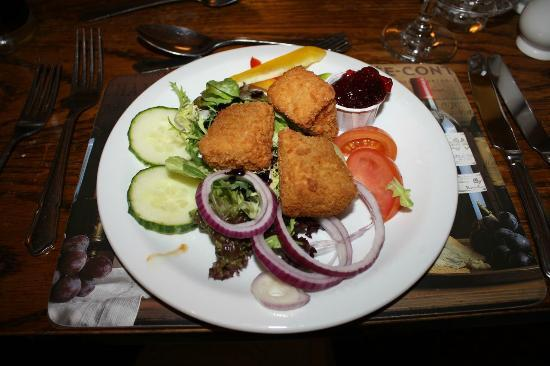 Sun Inn: Starter: Baked Brie and Salad With Cranberry Dip (£4.45)